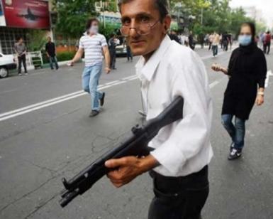 عکس آشوبگری مسلح که همه را سرکار گذاشت