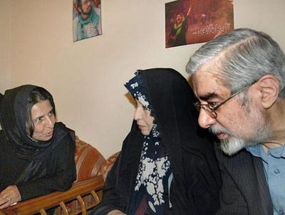 میر حسین موسوی و زهرا رهنورد در دیدار با خانواده سهراب اعرابی