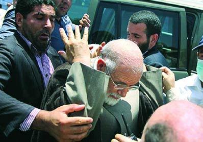 حمله به کروبی درحاشیه نماز جمعه